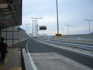 高速舞子駅から明石海峡大橋を見る