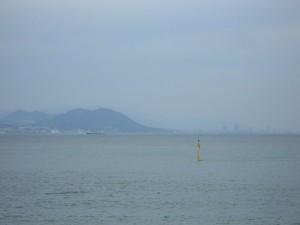 海の向こうの高層ビル