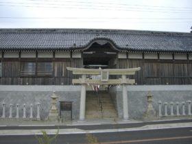 国道28号線沿いの石屋神社