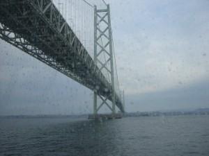 明石大橋の下を通る