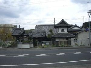 国道28号線前のお寺