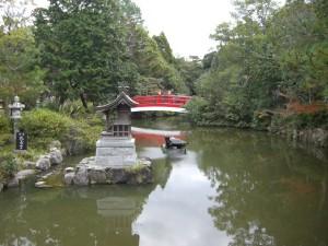 赤い橋が美しい「放生の神池」