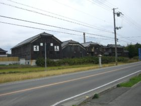 県道88号線沿いに建つ酒蔵跡
