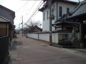 白壁がつづく寺町通り