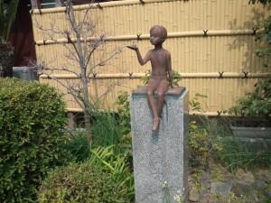 「希望の芽」と刻まれた像