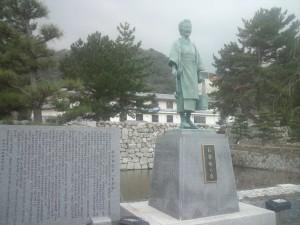 洲本城跡前の「お登勢の像」