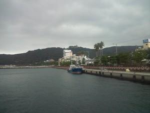 大浜海岸と三熊山の洲本城