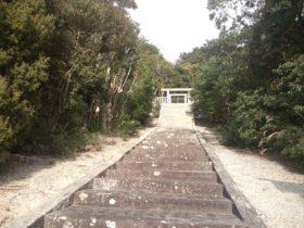 「当麻山背の墓」 石段と鳥居