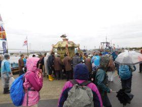 船渡御(海上パレード)にお神輿も登場