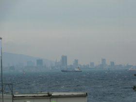 石屋神社の前の海岸から見た神戸