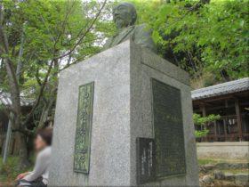 高津雅雄翁の銅像